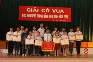 BTC trao giải nhất toàn đoàn cho phòng GD & ĐT huyện Lương Sơn.