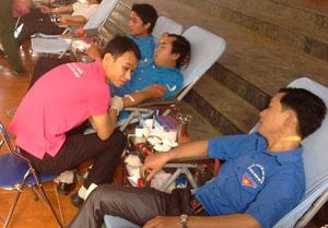Đông đảo đoàn viên thanh niên tham gia hiến máu nhân đạo huyện Lương Sơn năm 2015.