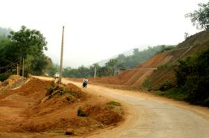 Nhiều điểm xung yếu thường xuyên xảy ra sạt lở  trên tuyến đường 433 - Đà Bắc (đoạn km 0 - km 23).