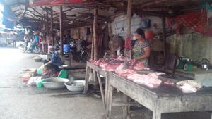 Người tiêu dùng nên mua thịt ở những quầy trong chợ đã qua kiểm dịch.