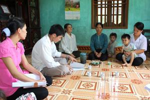 Cán bộ  Trung tâm YTDP huyện Tân Lạc, Trạm y tế xã và y tế thôn, bản thăm,  tư vấn về xét nghiệm HIV cho phụ nữ  trong độ tuổi sinh đẻ tại xóm Đên, xã Gia Mô. Ảnh: P.V