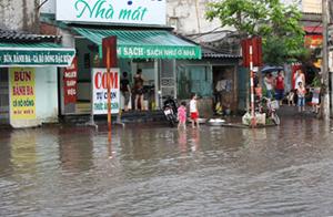 Trận mưa lớn gây ngập lụt cục bộ tại Đại lộ Thịnh Lang sáng nay 12/5.
