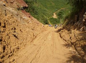 Vị trí km 5+350 (Bãi Chạo- Đú Sáng) đường tỉnh 448 mới được xử lý bước 1, vẫn tiềm ẩn nguy cơ ách tắc giao thông vào mùa mưa năm 2015.