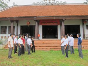 Các thành viên Đoàn khảo sát và đại diện chính quyền, các phòng, ban huyện Cao Phong thăm di tích Quèn Ang (xã Tân Phong).