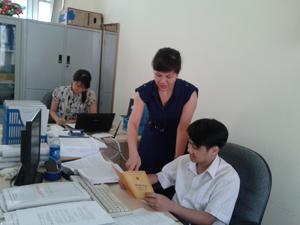 Cán bộ Sở LĐ-TB&XH (cơ quan thường trực Ban VSTBPN tỉnh) cập nhật số liệu về tình hình thực hiện Luật bình đẳng giới trên địa bàn tỉnh.
