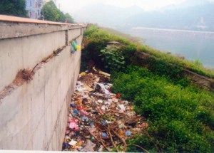 Một số hộ dân thiếu ý thức đã đổ rác, các loại phế thải dọc chân tuyến đê phía bờ phải sông Đà - đoạn gần nhà nghỉ Vạn Phúc, Thanh Sơn (phường Phương Lâm - TPHB) gây mất vệ sinh và mỹ quan đô thị.