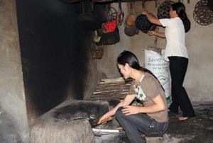 """Thực hiện CVĐ """"5 không, 3 sạch"""", hội viên phụ nữ thôn Rường, xã Trung Bì giúp nhau dọn dẹp, bố trí bếp đun gọn gàng, ngăn nắp."""