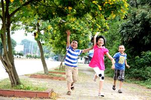 Trẻ nhỏ thích thú vui đùa trên phố hoa điệp Trần Quý Cáp.
