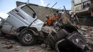 Các binh sĩ thuộc quân đội Nepal và nhân viên cứu hộ quốc tế kiểm tra tại một tòa nhà bị sập tại Thủ đô Kathmandu, Nepal, sau trận động đất ngày 12-5-2015. (Ảnh: Reuters)