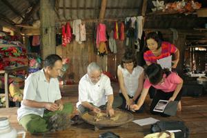 Đoàn khảo sát bộ khót của ông mo Bùi Văn Chiến ở xóm Lồ, xã Phong Phú (Tân Lạc).