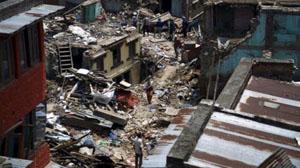 Người dân đi ngang qua đống đổ nát của các ngôi nhà bị sập ở Sankhu, Nepal, trong trận động đất mạnh 7,3 độ richter, ngày 12-5-2015, tại Nepal. (Ảnh: Reuters)