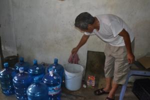 Gia đình bà Nguyễn Thị Nguyệt, tổ 20, phường Chăm Mát (TPHB) phải mua thêm bồn tích trữ mới có nước sử dụng trong giờ cao điểm.