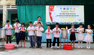 Các em học sinh trường tiểu học Đồng Tiến thực hành rửa tay bằng xà phòng.