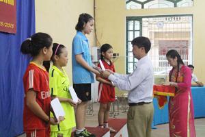 BTC trao giải cho các VĐV đạt thành tích cao ở nội dung đơn nữ tiểu học.