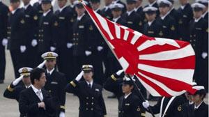 Thủ tướng Nhật Bản Shinzo Abe (bên trái) tham dự lễ kỷ niệm ngày thành lập của Lực lượng Phòng vệ trên không Nhật Bản, tháng 10-2014. (Ảnh: Reuters)