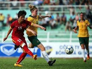 Pha tranh bóng giữa cầu thủ hai đội tuyển nữ Việt Nam và U20 Australia