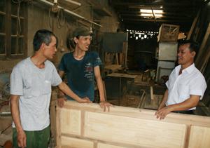 Đồng chí Nguyễn Công Mạnh (ngoài cùng bên phải), Bí thư chi bộ 23, phường Đồng Tiến là tấm gương tiêu biểu học tập và làm theo tấm gương đạo đức của Bác, thường xuyên bám sát địa bàn tìm hiểu tình hình sản xuất và đời sống của bà con trong KDC.