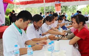 Các y, bác sỹ của CLB Thầy thuốc trẻ kiểm tra sức khỏe cho công nhân tại KCN Lương Sơn.
