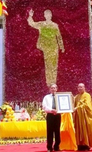 Đại diện Tổ chức Liên minh kỷ lục thế giới trao bằng chứng nhận bức tranh hoa sen chân dung Chủ tịch Hồ Chí Minh là bức tranh hoa sen lớn nhất thế giới