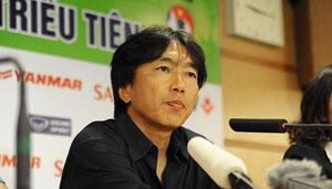 HLV Toshiya Miura tại buổi họp báo sau trận đấu. (ảnh: Linh Phan/NDĐT)