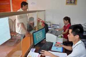 """Đội ngũ CB,CC bộ phận """"một cửa"""" UBND thị trấn Kỳ Sơn  nêu cao tinh thần trách nhiệm phục vụ nhân dân."""