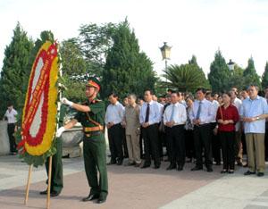 Đoàn đại biểu lãnh đạo tỉnh dâng hương kỷ niệm 125 ngày sinh chủ tịch Hồ Chí Minh tại Tượng đài Bác Hồ trên công trình thủy điện Hòa Bình.