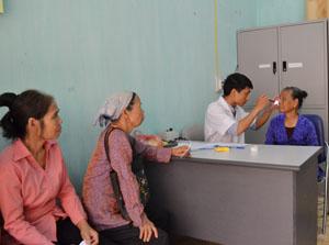 Bác sỹ Trung tâm phòng - chống bệnh xã hội tỉnh khám sàng lọc phát hiện các bệnh về mắt cho hội viên NCT trên địa bàn huyện.