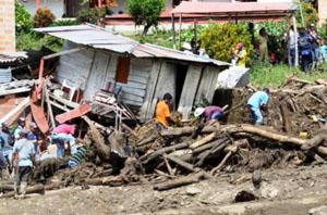 Người dân tìm kiếm thi thể nạn nhân trong bùn và đống đổ nát sau trận lở đất. (Ảnh Reuters).