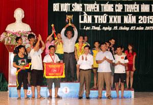 BTC trao Cúp vô địch cho đoàn Tân Lạc
