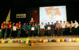 Ban tổ chức trao thưởng cho các đội đạt giải tại Hội thi.