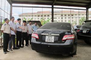 Các thành viên đoàn giám sát thị sát thực tế Kho vật chứng Cục THADS tỉnh.