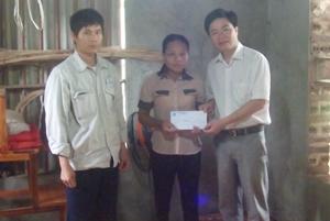 Lãnh đạo LĐLĐ huyện Lạc Sơn trao quà cho công nhân có hoàn cảnh khó khăn trên địa bàn huyện.