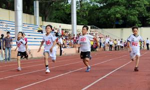 Vận động viên các trường tiểu học thi đấu nội dung chạy 100m.