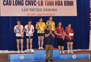 Lãnh đạo LĐLĐ tỉnh trao huy chương cho các VĐV tham gia thi đấu tại giải.