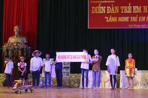 Tiểu phẩm về phòng tránh tai nạn giao thông của đơn vị xã Tây Phong đã xuất sắc giành được giải nhất tại diễn đàn.