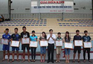 Lãnh đạo Sở GD&ĐT trao giải nhất các nội dung khối THPT.