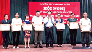 Lãnh đạo Huyện ủy Lương Sơn trao thưởng cho các tập thể, cá nhân có nhiều thành tích tiêu biểu trong 4 năm thực hiện Chỉ thị số 03 của Bộ Chính trị.