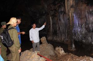 Du khách thăm quan, khám phá vẻ đẹp của Hoa Sơn Thạch động - quần thể di tích Núi Đầu Rồng.