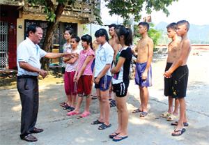 HLV Bùi Mạnh Hùng trao đổi kỹ, chiến thuật với các VĐV trẻ của huyện chuẩn bị cho giải bơi cấp tỉnh năm 2015.