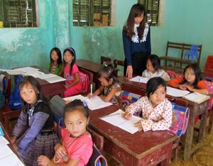 Thực hiện nếp sống văn hóa mới, 100% trẻ em trong độ tuổi đi học của xã Hang Kia (Mai Châu) đều được đến trường.