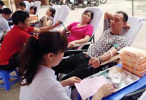 ĐV-TN phường Tân Thịnh (TP Hòa Bình) tham gia hiến máu tình nguyện.