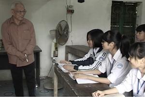 Hàng ngày, ông Nguyễn Uyên Mục ở khu 3, thị trấn Chi Nê (Lạc Thủy) dành nhiều thời gian ôn luyện, bồi dưỡng kiến thức cho học sinh trong huyện.