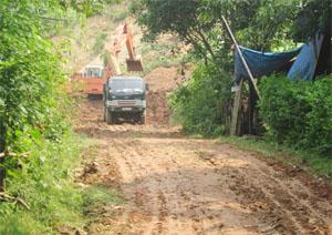 Đường xóm Múc, xã Hợp Thành thường xuyên bị sạt sụt gây ách tắc giao thông nhiều giờ trong mùa mưa bão.