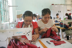 Phụ nữ xã Bình Thanh (Cao Phong) được đào tạo nghề may, góp phần tạo việc làm, nâng cao thu nhập.