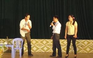 Các hoà giải viên xã Bình Thanh (Cao Phong) xây dựng tiểu phẩm tuyên truyền Luật Phòng, chống bạo lực gia đình dưới hình thức sân khấu hóa.