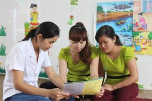 Cán bộ y tế trường mầm non tư thục Sao Mai tuyên truyền về công tác phát hiện, phòng- chống dịch bệnh cho giáo viên của trường.