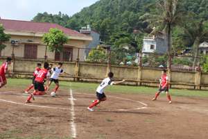 Các học sinh khối THCS tranh tài ở nội dung bóng đá tại ngày hội.