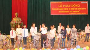 Lãnh đạo UNND huyện Cao Phong trao tặng xe đạp cho các em có hoàn cảnh khó khăn.