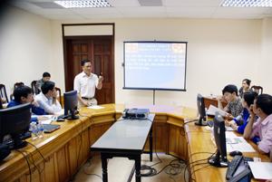 Cán bộ Phòng Công nghệ Thông tin hướng dẫn các học viên cách sử dụng thiết bị.