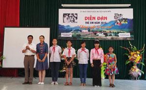 Lãnh đạo huyện Kim Bôi trao quà cho trẻ em tham gia diễn đàn năm 2015.